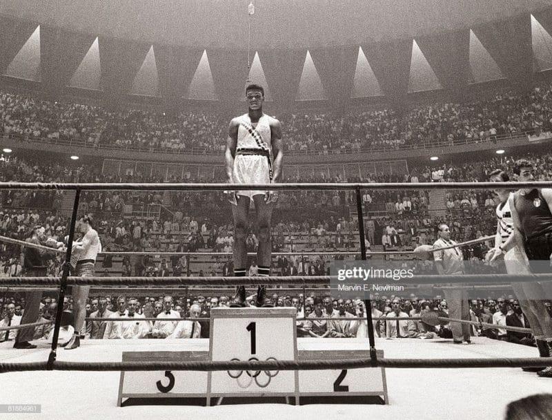 Мухаммед Али одерживает победу на Олимпийских играх в 1960
