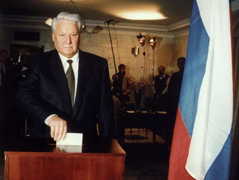 Борис Ельцин на голосовании