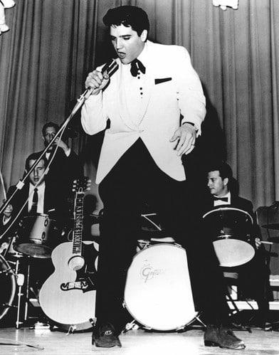 Элвис Пресли на концерте в начале карьеры
