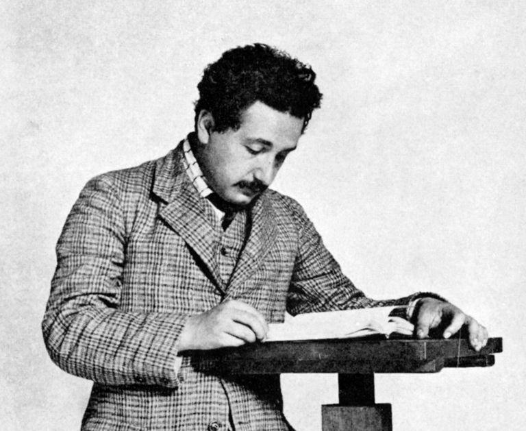 Альберт Эйнштейн за работой в патентном бюро