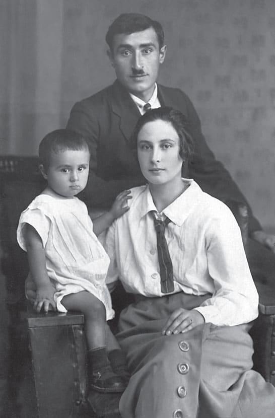 Эдуард Асадов в детстве с отцом и мамой