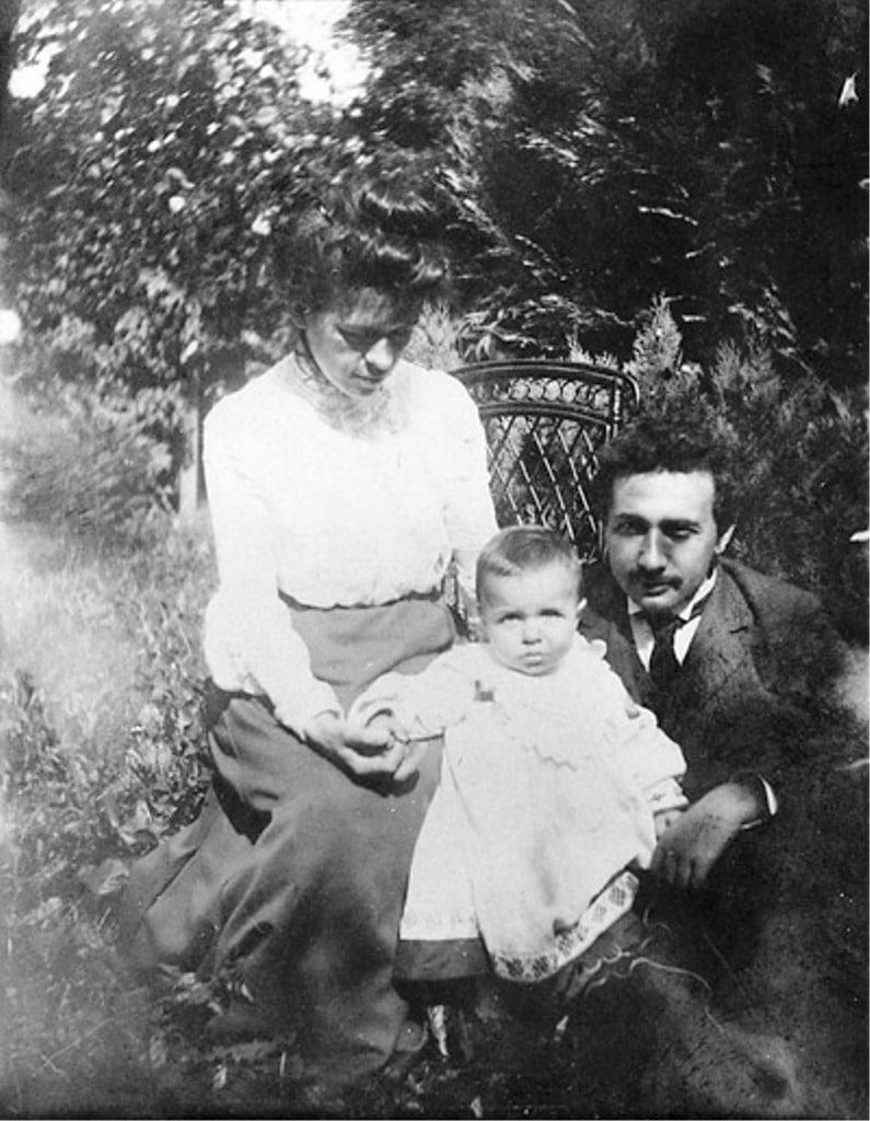 Альберт Эйнштейн с женой и сыном