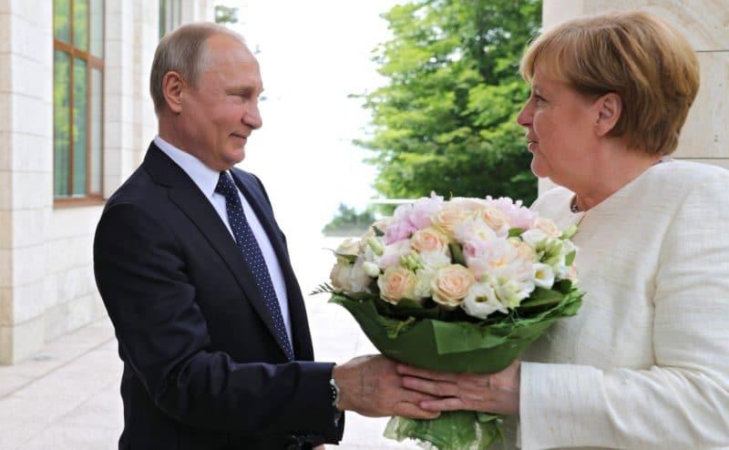 Путин дарит цветы Ангеле Меркель