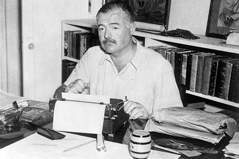 Эрнест Хемингуэй за пишщей машинкой