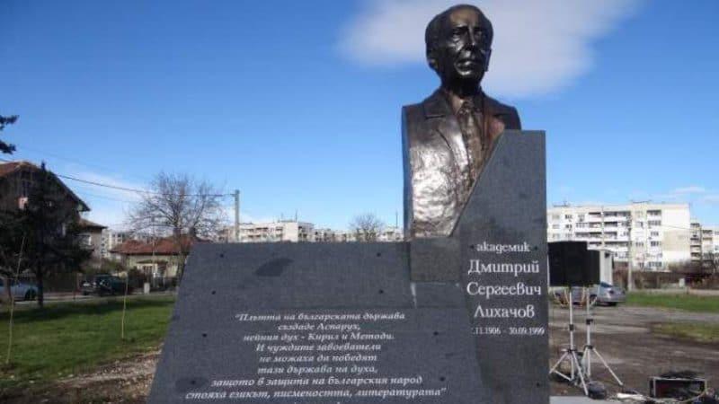 Памятник Дмитрию Лихачеву