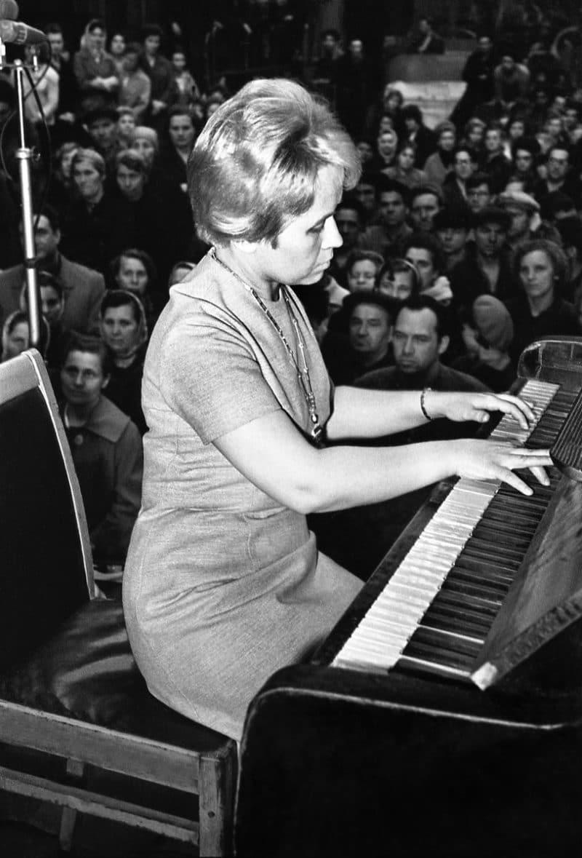 Александра Пахмутова играет на пианино