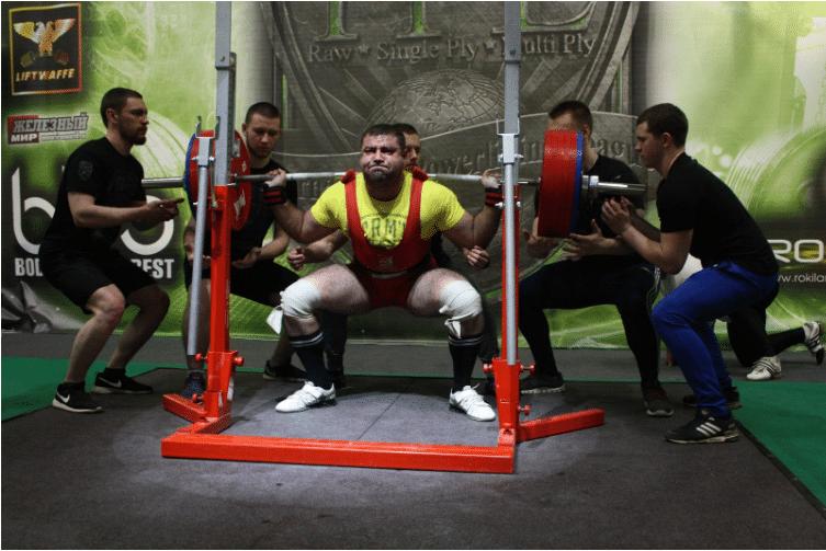 Александр Мураткин поднимает штангу