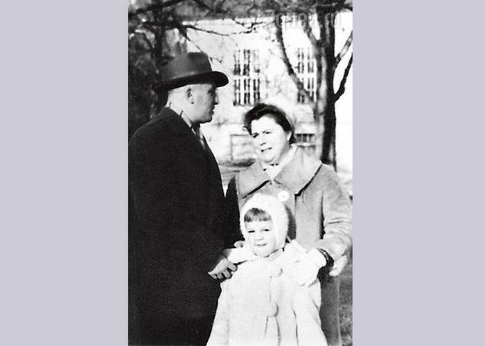 Любовь Казарновская в детстве с родителями