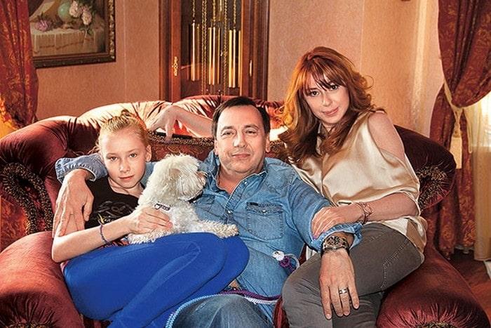 Алёна Апина с Александром Иратовым и дочкой