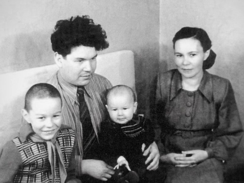 Мустай Карим с семьей