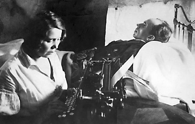 Жена Николая Островского печатает книгу под его диктовку
