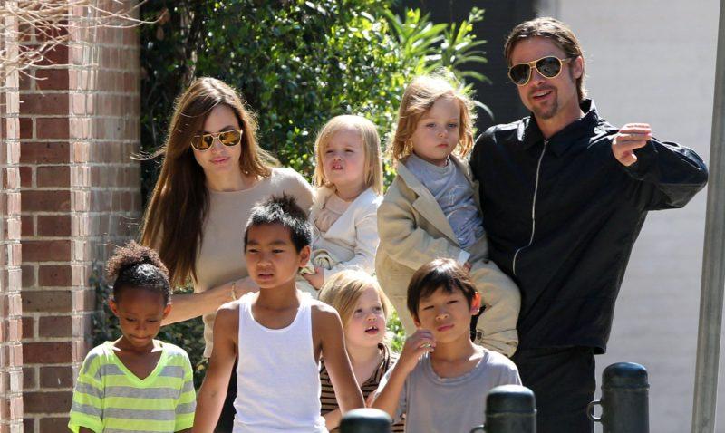 Брэд Питт с детьми и Анджелиной Джоли