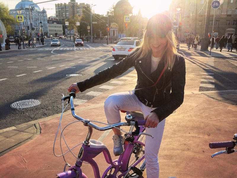 Елена Николаева на велосипеде