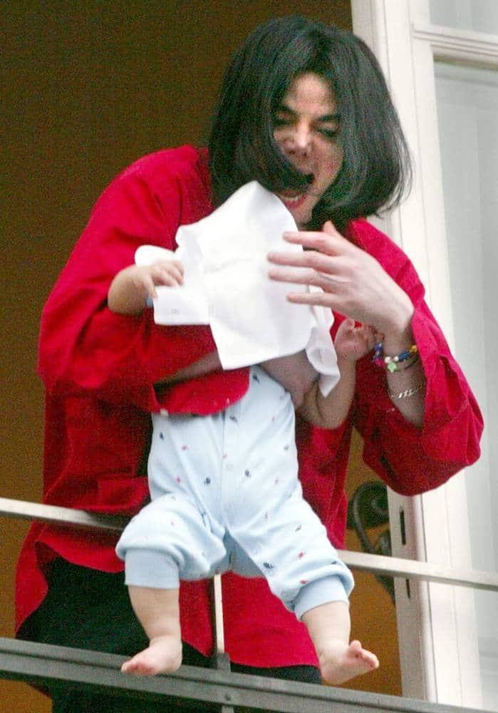 Майкл Джексон с сыном на балконе