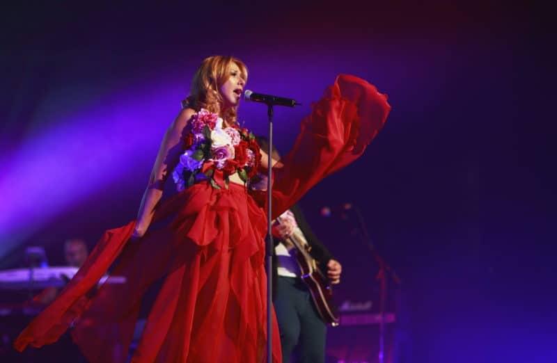 Алёна Апина на концерте