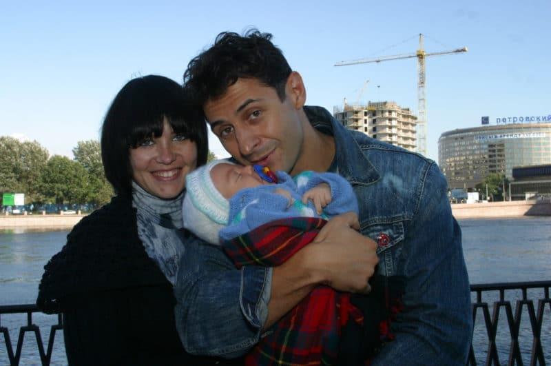 Стас Костюшкин с женой Ольгой и ребенком
