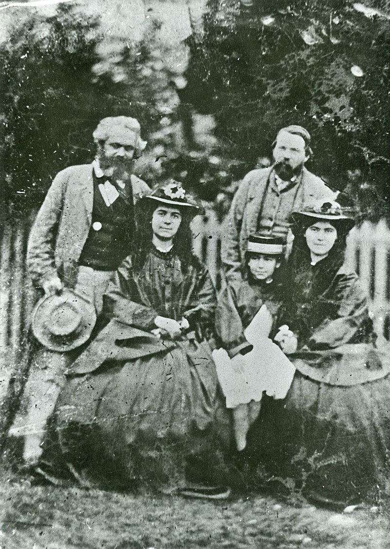 Карл Маркс с семьей и Энгельсом