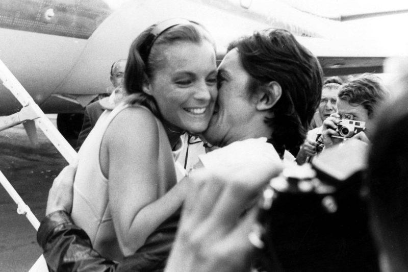 Ален Делон целует Роми Шнайдер в аэропорту