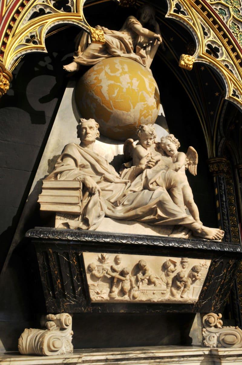 Могила Ньютона в Вестминстерском аббатстве