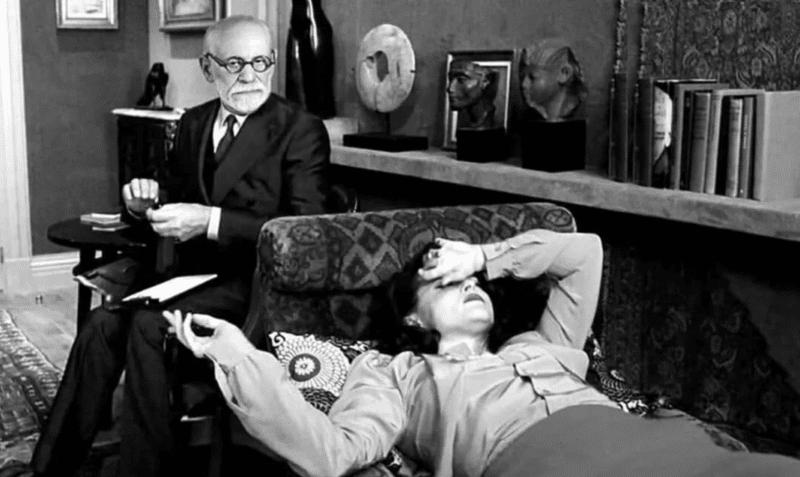 Зигмунд Фрейд сс пациентом на сеансе психоанализа