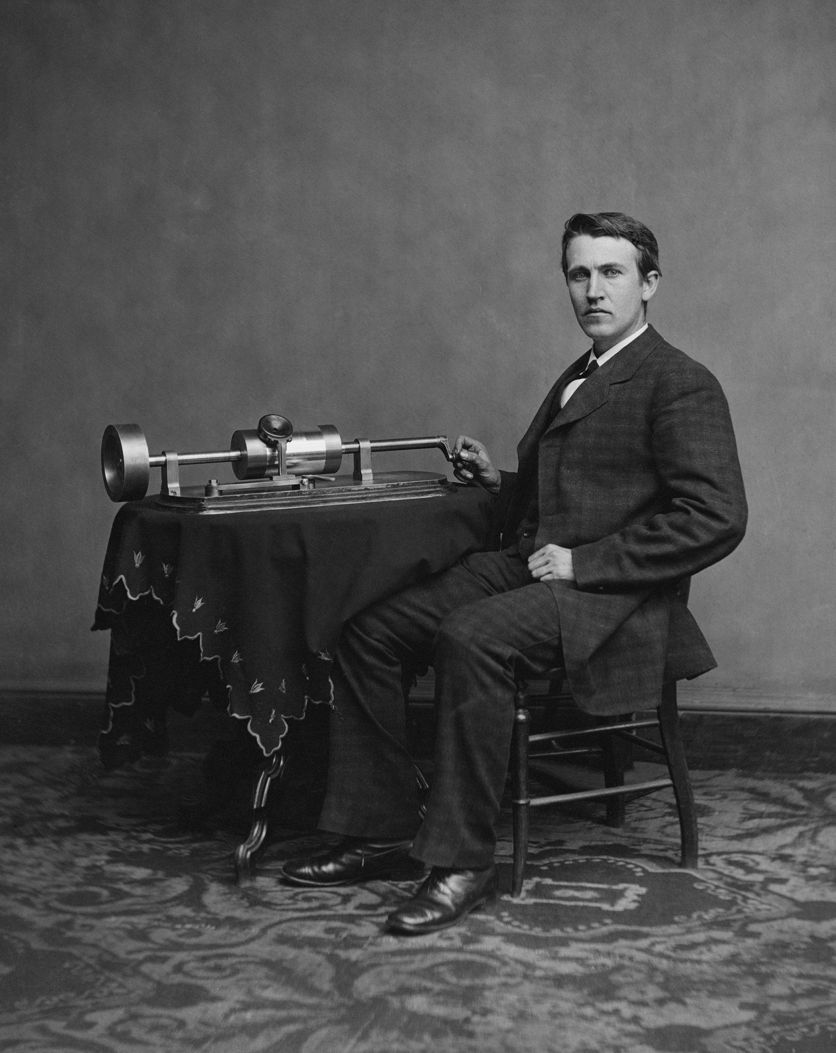 Фонограф изобретенный Томасом Эдисоным