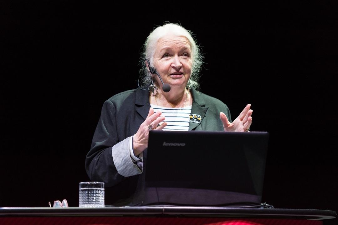 Татьяна Черниговская читает лекцию