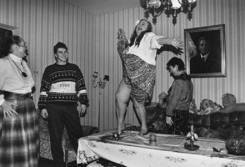 Галина Брежнева танцует на столе