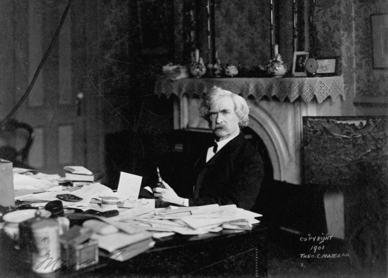 Марк Твен за письменным столом