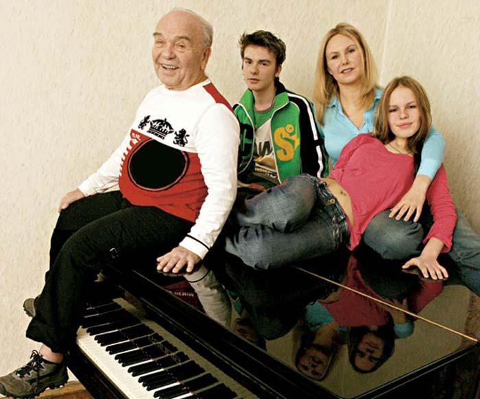 Владимир Шаинский с семьей