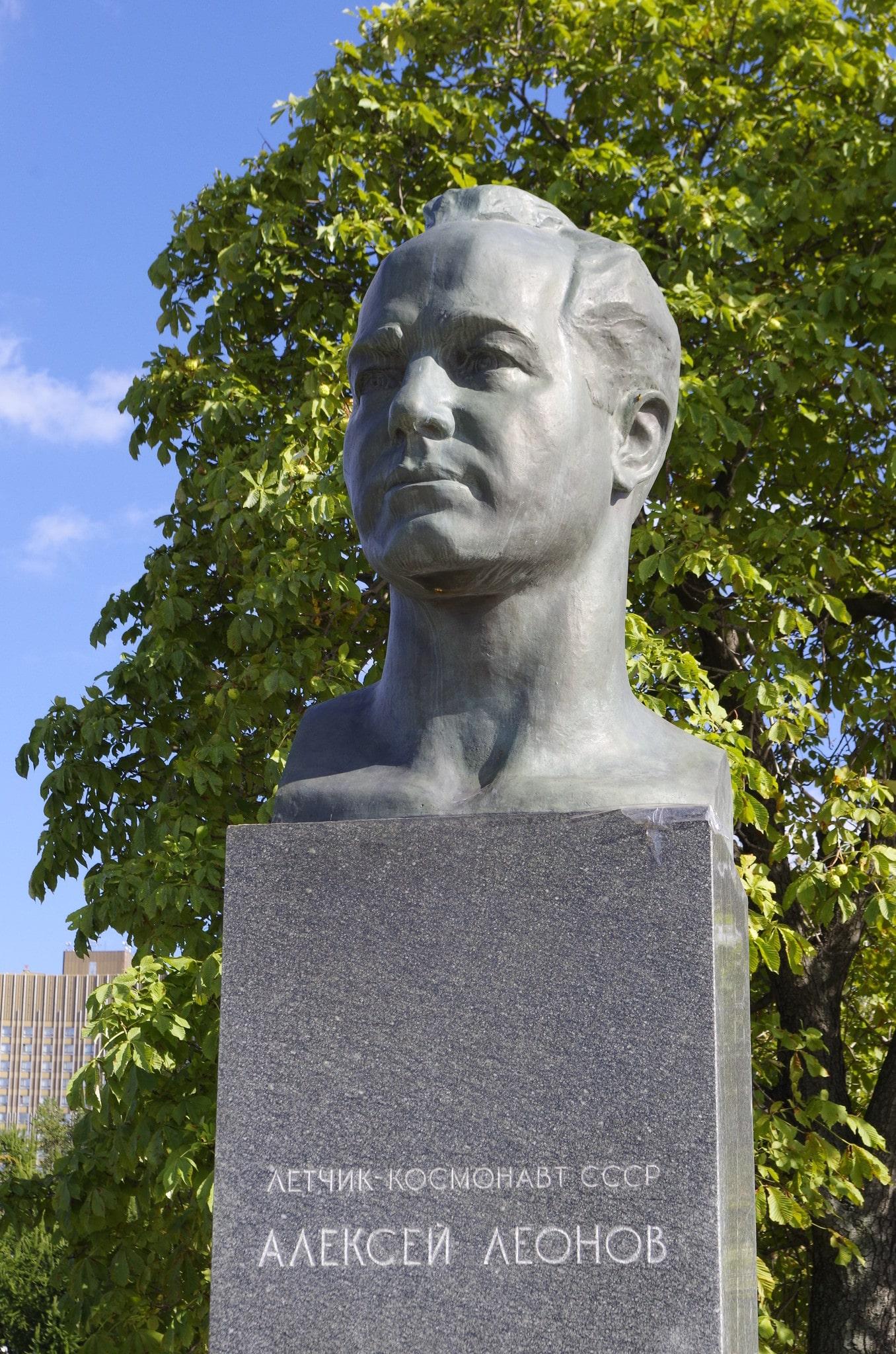 Памятник Алексею Леонову