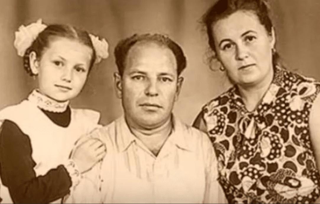 Таисия Повалий в детстве с родителями