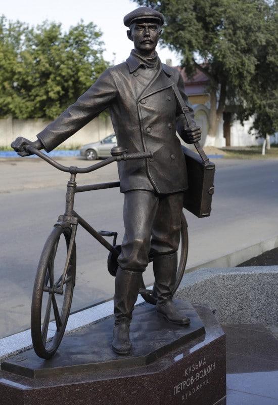 Памятник Кузьме Петрову-Водкину