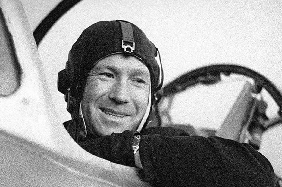 Алексей Леонов в самолете