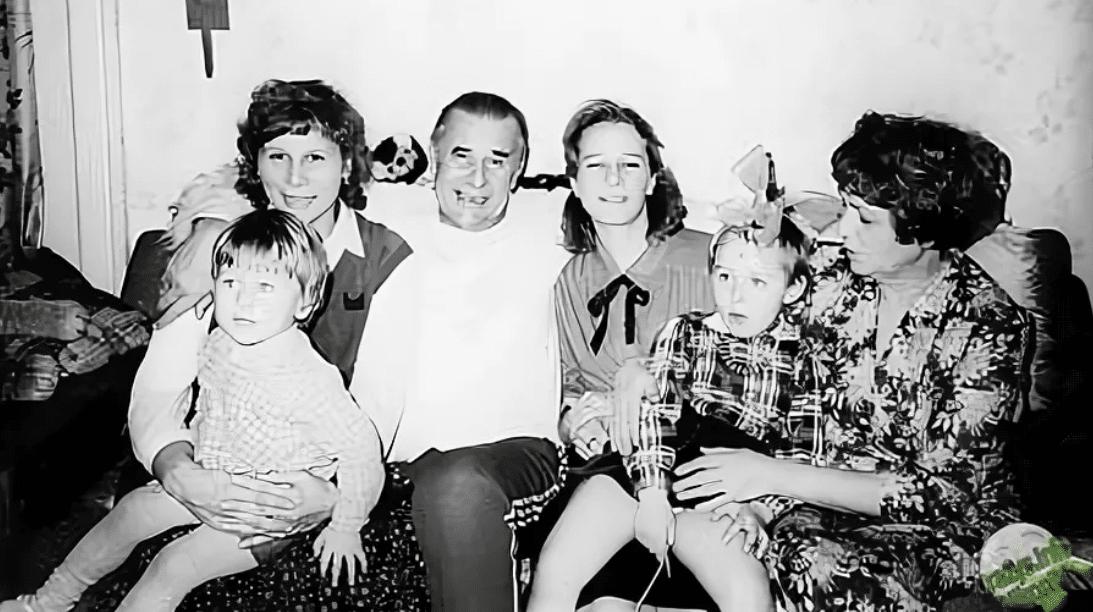 Лев Яшин с семьей