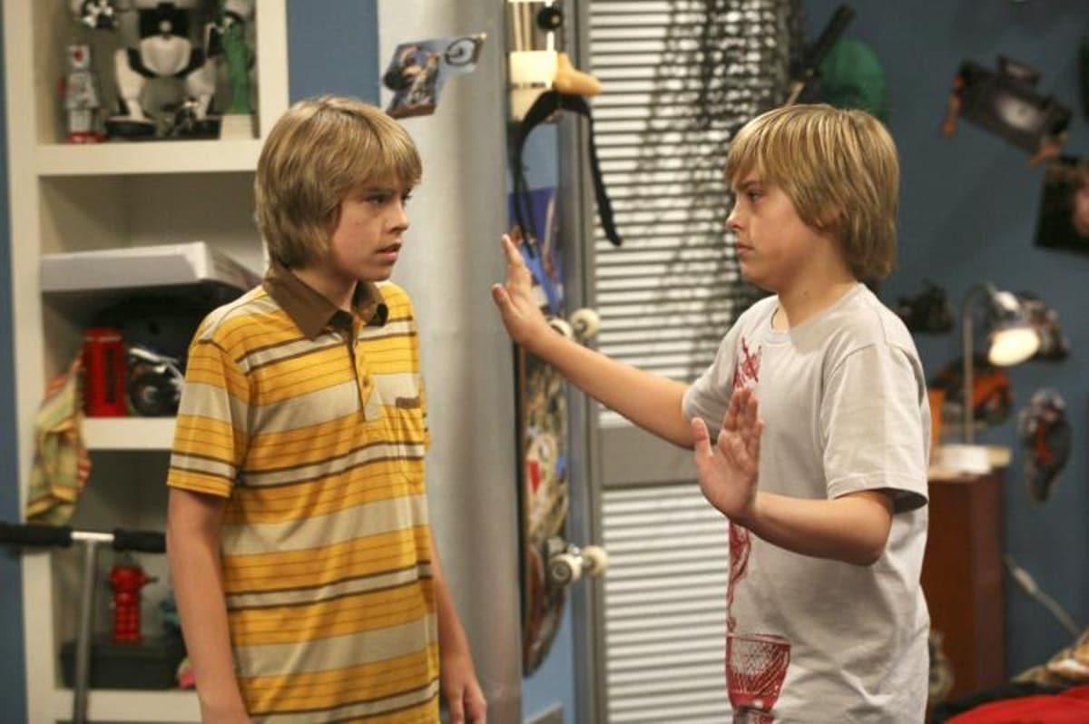 Коул Спроус с братом в фильме «Все тип-топ, или Жизнь Зака и Коди»
