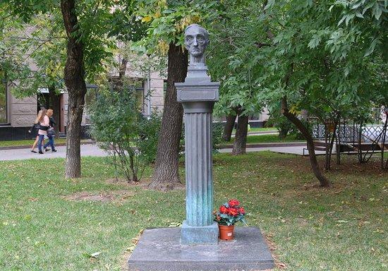 Аамятник Ивану Шмелеву