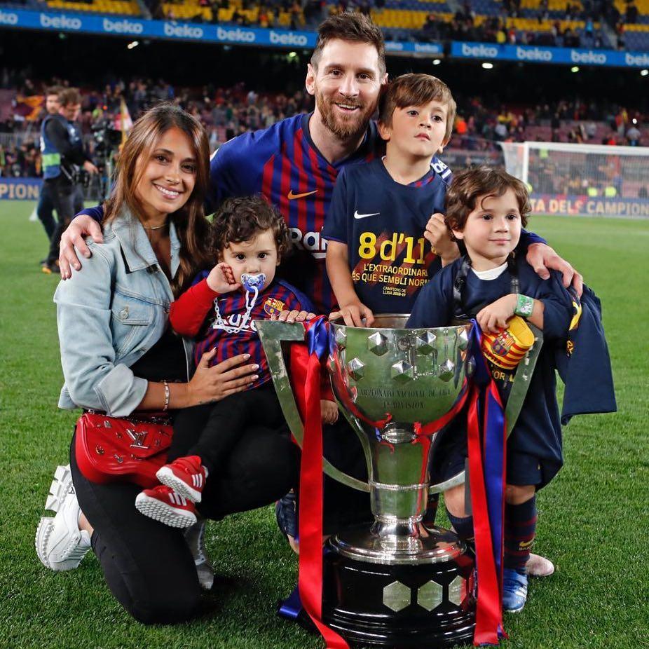 Лионель Месси с женой и детьми