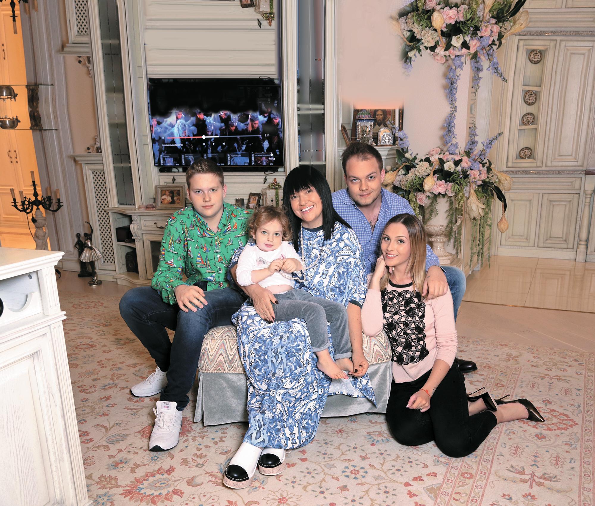 Алла Духова с семьей