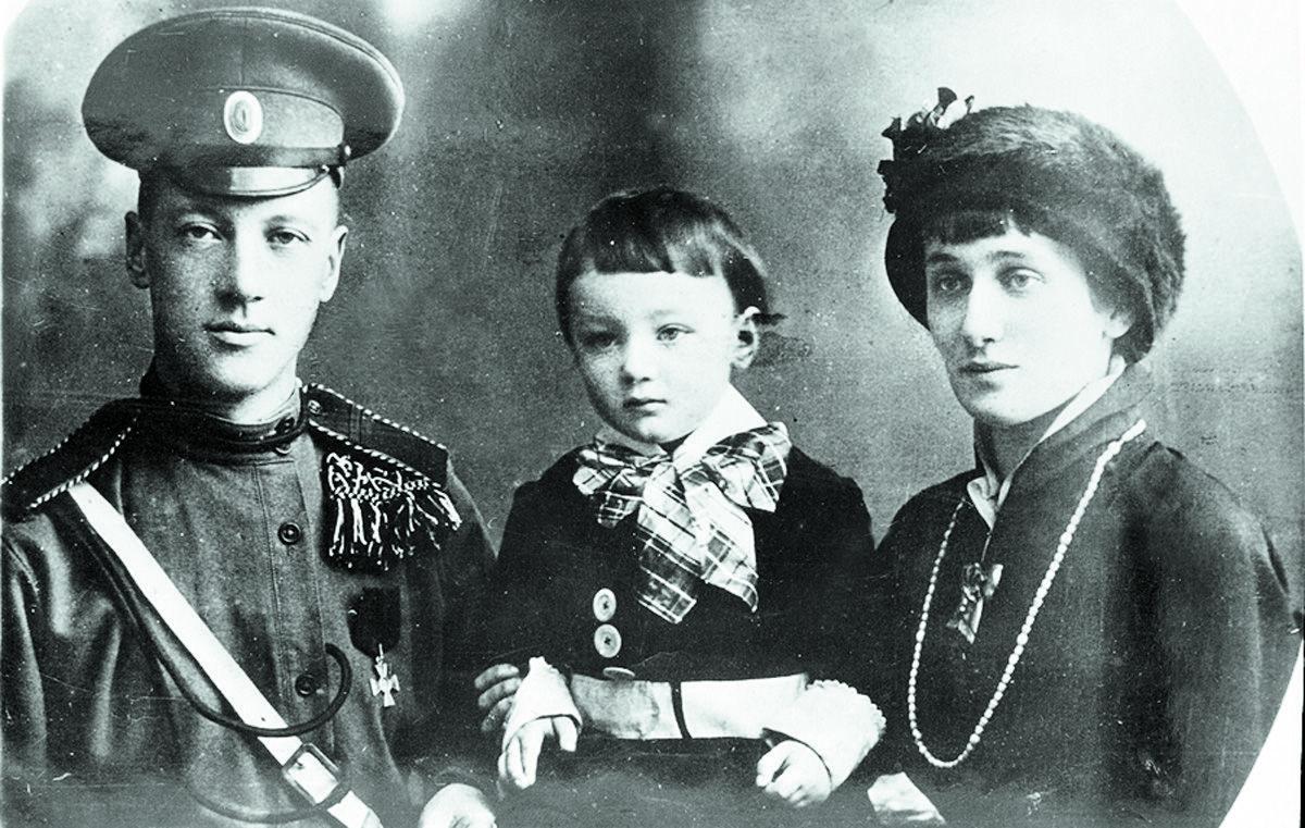 Лев Гумилев с отцом Николаем Гумелевым и матерью Анной Ахматовой