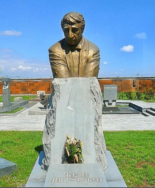 Могила и памятник Фрунзику Мкртчян