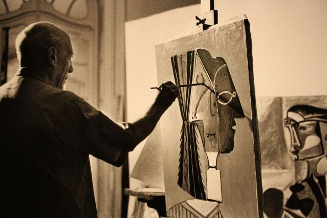 Пабло Пикассо пишет картину