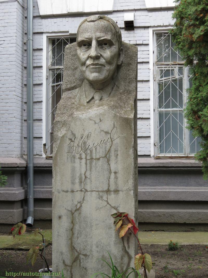 Памятник Константину Симонову