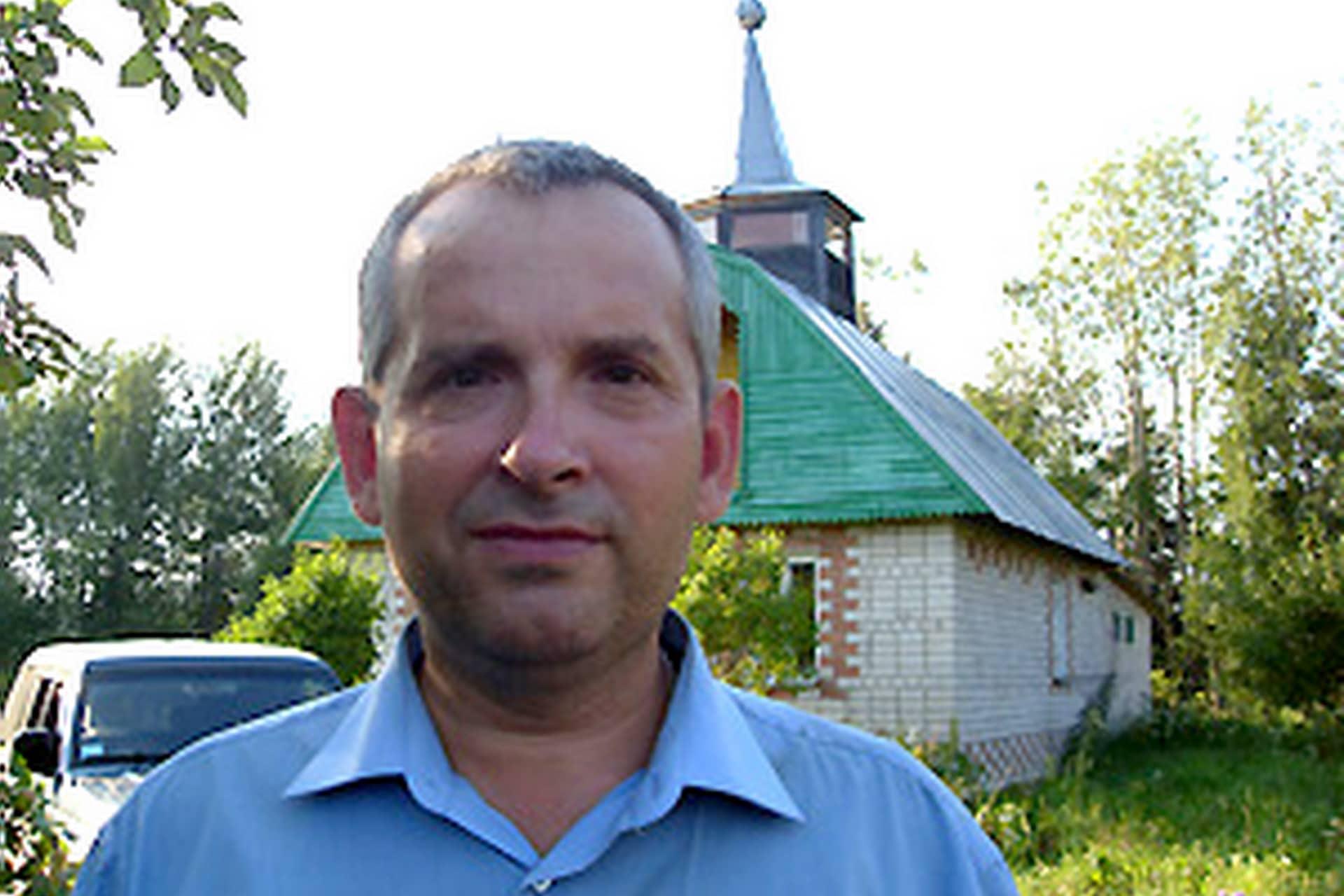 На фото Андрей Малышев на фоне усадьбы