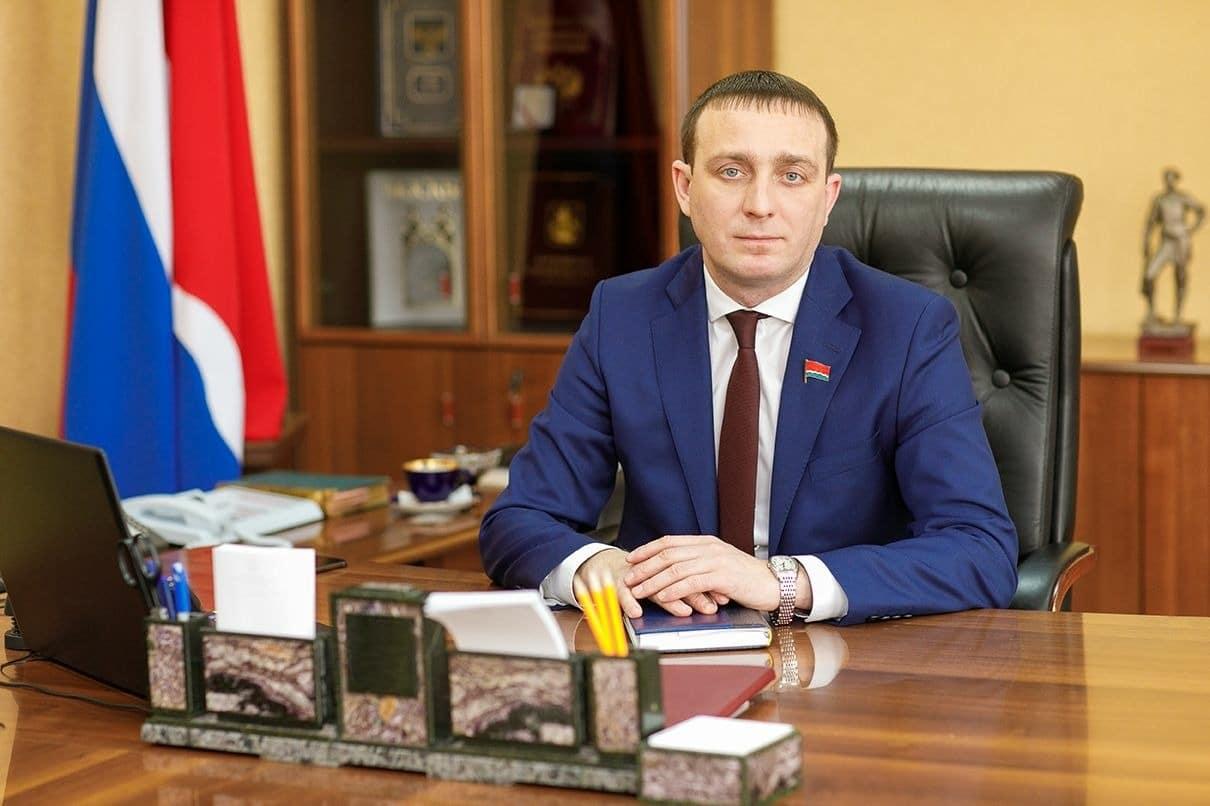 Вячеслав Логинов в рабочем кабинете
