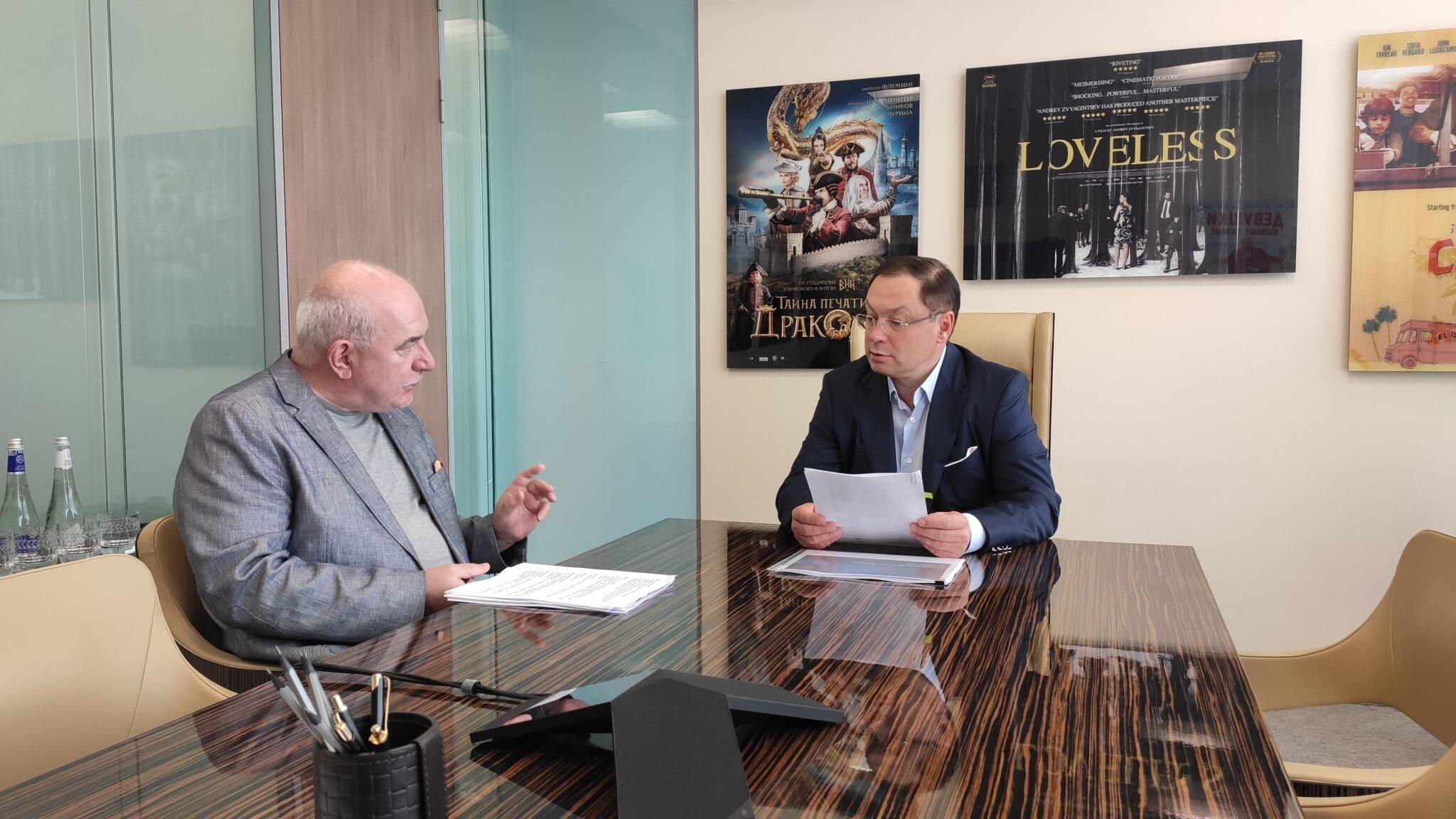 Глеб Геннадьевич Фетисов в кабинете на переговорах