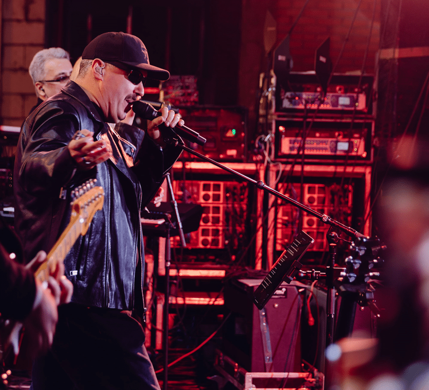 Иван Стрешинский со своей группой на сцене